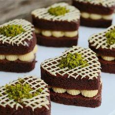 Bu pastacıklara bayılacaksınız. Doughnut Cake, Chocolate Desserts, Mini Desserts, Sweet Recipes, Fethiye, Food Club, Mini Tortillas, Mini Cakes, Food Presentation