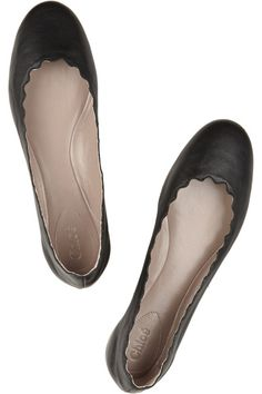 Ballerina flats with scalloped edges.