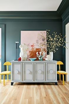 In a farmhouse design, the side table seems to have important roles that are unreplaceable. The farmhouse side table is Retro Home Decor, Diy Home Decor, Room Decor, Appartement F3, Georgia Homes, Best Paint Colors, Farmhouse Side Table, Entry Way Design, Cute Dorm Rooms