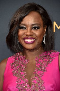 Zoom In on All the Elegant Beauty Looks From the Emmys Red Carpet Viola Davis Viola's magenta ombré lip coordinated with her vibrant, iridescent pink gown. Hair: Jamika Wilson Makeup: Autumn Moultrie
