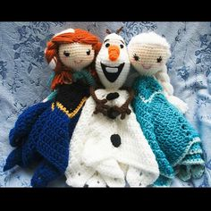 Hecha con los patrones gratuitos  http://www.1dogwoof.com/2014/11/olaf-frozen-crochet-pattern.html  http://cuddlycrochets.weebly.com/my-free-patterns/security-blanket-dolly