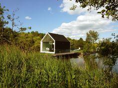 池に佇むタイニーハウス