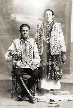 Hutsul girl & boy, Ukraine, early 1900s Гуцул та гуцулка, початок ХХ ст.