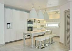 Top 10 Innenarchitektur Projekte von Kelly Hoppen | The Villa, Barbados. Inneneinrichtung von die besten Innenarchitekten. Chalet in Schweiz. Modern Wohnzimmer und modern Schlafzimmer in Luxus Hause.  http://wohn-designtrend.de/top-10-innenarchitektur-projekte-von-kelly-hoppen/