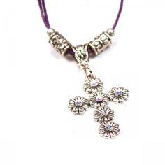 Kette mit glänzendem Kreuz und lila Band