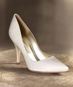 Zapato clásico para novia en color blanco modelo Celine - Foto Pronovias