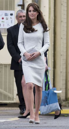 Kate Middleton Chose a Gray Catherine Walker Coat for This Morning& Events with the Queen Take a look at all of the Duchess of Cambridge's most fashionable moments here. Kate Middleton Outfits, Kate Middleton Style, Pantyhosed Legs, Princesa Kate Middleton, Stella Mccartney Dresses, Grey Outfit, Gray Dress, Vestidos Vintage, Prince William And Kate