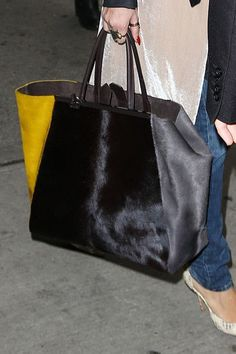 Risultati immagini per tote bag fur Leather Gifts, Leather Bag, Fur Bag, Big Bags, Tote Bag, Beautiful Bags, Clutch Purse, Tote Handbags, Bag Making