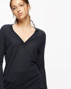 Made from cotton with a hint of cashmere, this jumper is as cosy as it is chic. Relaxed from neck to hem, it has a deep V-neckline and subtle side splits on the hem for a contemporary touch. Other features include rolled cuffs. Introduce this piece to your weekend wardrobe this season.
