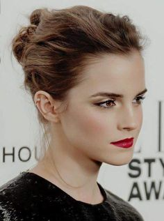 Emma Watson could do a master class in how to make the red carpet her own. Emma Watson's red carpet hair, make-up & jewellery with her Giambattista Valli (Spring Couture black sequin top and bow fronted skirt at the ELLE Style Awards in London, February Pale Makeup, Red Lip Makeup, Flawless Makeup, Bridal Makeup Red Lips, Retro Makeup, Emma Watson Red Carpet, Classic Makeup Looks, Classic Beauty, Red Carpet Makeup