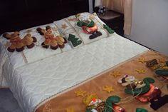 cubre cama  navideño Christmas Bedroom, Christmas Home, Christmas Crafts, Bed Runner, Christmas Sewing, Felt Ornaments, Beautiful Homes, Toddler Bed, Blanket