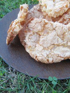 En tant que Tarnaise d'origine, je connais bien les croquants de Cordes sur Ciel. C'est un petit biscuit délicat, léger à base de blancs d'oeufs, de sucre et d'amandes..... Donc, recette idéale pour utiliser les blancs d'oeufs...facile, rapide à réaliser......