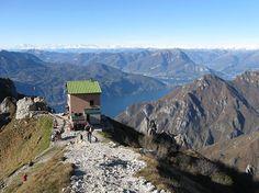 Oggi Gite in Lombardia vi suggerisce un'escursione al Rifugio Rosalba, una delle mete classiche delle montagne lecchesi, con panorama sul lago di Como.
