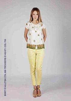 camicina in seta stampata abbinata a pantaloni capri con bordi a contrasto
