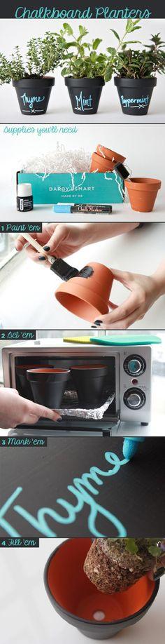 DIY Chalkboard Planters - 15 Pretty Low-Budget DIY Garden Pots and Containers Diy Tableau Noir, Ideias Diy, Deco Floral, Chalkboard Paint, Painted Pots, Garden Pots, Herb Pots, Herb Garden, Garden Ideas