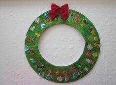 Corona navideña de papel - #CoronaInfantil, #CoronaNavideña, #DecoracionInfantil, #ManualidadesInfantiles, #ManualidadesNavideñas, #Navidad, #Niños, #ReciclarPlastico  http://lanavidad.es/corona-navidena-de-papel/2206