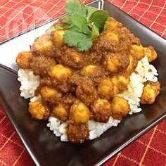 Chana Masala (Indisches Kichererbsencurry) - Ein relativ einfaches indisches Curry. Man muss zuerst eine Gewürzpaste aus Zwiebel, Tomate, Chili, Ingwer und Knoblauch zubereiten und dann werden die Kichererbsen darin gekocht.@ de.allrecipes.com