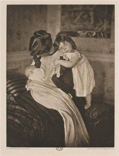 Mother with her two children - 1909 Photo taken by the influential American photographer Käsebier Gertrude (1852-1934) #allaitement_USA