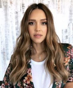 Jessica Alba's Secret for Effortless Waves Is Showering at Night Jessica Alba's Secret for Effortless Waves Is Showering at Night<br> Lazy-girl beauty tricks FTW. Cabelo Jessica Alba, Jessica Alba Makeup, Jessica Alba Bangs, Jessica Alba Style, Ombre Hair, Balayage Hair, Long Curly Hair, Curly Hair Styles, Long Face Hairstyles