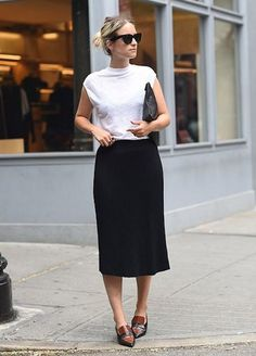30 Casual Styles with Loafers - Loafers Outfit - Ideas of Loafers Outfit - Pencil Skirt and Loafers Casual Styles, Style Casual, Style Me, Classy Casual, Girl Style, Simple Style, Street Look, Street Style, Black And White Outfit