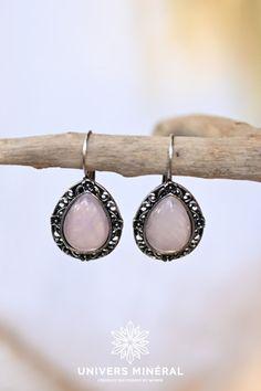 Ces boucles d'oreilles se composent de deux gouttes de quartz rose naturel du Brésil serties. La Compassion, Argent Antique, Quartz Rose, Plaque, Drop Earrings, Jewelry, Ears, Boucle D'oreille, Stone