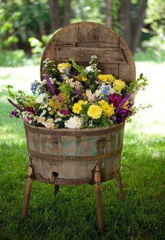 Tina de madeira usada como floreira.