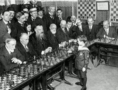 1920年, 8歲 的 象 棋 神 童 塞 繆 爾 連 續 擊 敗 多 個 西 洋 棋 大 師, 就 這 麼 牛。