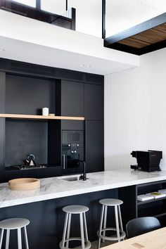 With a restricted palette and commitment to introducing natural light into the narrow bones of an existing Victorian terrace, Albert Park Residence sees Wellard Architects bring a sense of muted calm and openness into the home. Australian Interior Design, Interior Design Awards, Interior Design Kitchen, Black Kitchens, Home Kitchens, Küchen Design, House Design, Design Styles, Cuisines Design