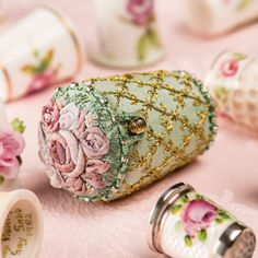 Vintage English Rose thimbles , The Thimble Holder - kit Vintage Sewing Notions, Vintage Sewing Machines, Silk Ribbon Embroidery, Hand Embroidery, Embroidery Patterns, Techniques Couture, Sewing Box, Sewing Tools, Sewing Kits