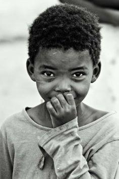 Toprak farkı, dil farkı, ırk farkını unutun. Zengin ve fakir. Hayatın olduğu her yerde bu ayrımın ırkı da aynı dili de. Fakat neyse ki çocukları var ve nadir de olsa çocuk kalbini koruyabilenler. - www.ajansoran.com