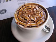 Amazing Coffee art, or latte art, started in Seattle 20 years ago. Here are 25 Over The Top Latte Art Designs from bartistas everywhere. Coffee Latte Art, I Love Coffee, Coffee Time, Cappuccino Coffee, Coffee Corner, Drink Coffee, Hot Chocolate Art, Design Café, Graphic Design