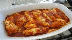 6 filés de peito de frango  -     2 dentes de alho  -     Sal e pimenta do reino a gosto  -     4 colheres de sopa de maionese  -     2 xícaras de chá de farinha de rosca  -     1 lata de molho de tomate  -     200 g de mussarela  -     Azeite para untar  -     Orégano a gosto