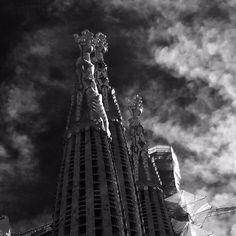 """Beeindruckendste Sehenswürdigkeit der Stadt Mit der Metro Linie 2 und 5 erreichen wir die Haltestelle Sagrada Familia. Das Erlebnis allein, wenn man aus dem Untergrund der Metro die Treppen hochläuft…und """"boooom"""" sich eine hundert Meter hohe Fassade vor einem aufbäumt. Der erste Eindruck ist wirklich überwältigend. Man weiß gar nicht wo man als erstes hinschauen …"""