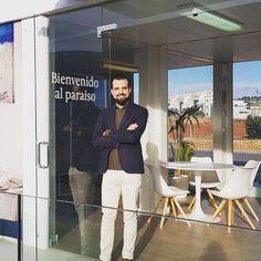 Semana de suplencia en Denia. Me encanta esta oficina de ventas, es como estar en el salón de tu casa 😂 #obranueva #alicante #denia #inmobiliaria #agenteinmobiliario #realtor #realtorlife #gooddays #localrealtors - posted by Carlos Fente https://www.instagram.com/charliefenz - See more Real Estate photos from Local Realtors at https://LocalRealtors.com