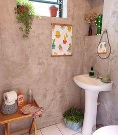 """""""Que tal esse banheiro com parede de cimento queimado? Fonte: @cafofonumero5 #banheiro #bathroom #decoração #interiordesign #cimentoqueimado #diyhome"""