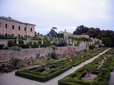 We know: Italy is blessed with beautiful churches, castles, bridges, squares and other monuments. But now it's time to look on the majestic Italian Villas. Italian Garden, Italian Villa, Basic Italian, Palace Garden, One Pic, Garden Design, Backyard, Tours, Explore