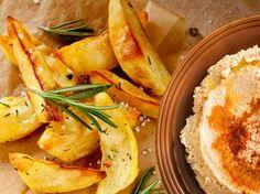 Fingerfood - Kartoffelecken mit Hummus  Kichererbse mal anders.   Fingerfood - Leckeres Hummus mit knusprigen Kartoffelecken.  http://einfach-schnell-gesund-vegan.de/fingerfood-kartoffelecken-mit-hummus/