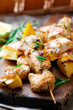 Welcome to my Air fryer Greek Chicken Souvlaki recipe. A delicious dose of Greek food on your dinner plate this summer with a classic take on Greek Souvlaki… Greek Chicken Souvlaki, Chicken Gyros, Grilled Chicken, Chicken Recipes Video, Healthy Chicken Recipes, Meat Recipes, Dinner Recipes, Air Fryer Healthy, Moussaka