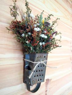 Rusty Vintage Grater Wreath with A Dried Flower Bouquet Dried Flower Bouquet, Dried Flowers, Hanging Beds, Diy Crafts For Adults, Garden Crafts, Fairy Houses, Art Wall Kids, Porch Decorating, Door Wreaths