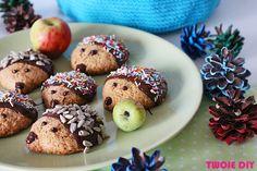 Jesienną porą lubimy sobie dogadzać słodkimi przekąskami. Mój młodszy syn uwielbia dekorować ciasteczka, kulać ciasto i bawić się przy wspólnym pieczeniu. Często wymyślam jakieś ciasteczka, które można jakoś ubrać. Adaś