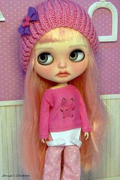 T-Shirt Rosa (verschiedene Modelle)-Blythe, Pullip. Knitted Hats, Crochet Hats, Color Rosa, Cute Dolls, Different Patterns, Big Eyes, Girl Cartoon, Kids House, Blythe Dolls