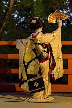 Darari obi of okiya Daimonji (Kamishichiken) Afrique Art, Japan Landscape, Memoirs Of A Geisha, Japanese Costume, Stunningly Beautiful, Yukata, Okinawa, Kimono Fashion, Japanese Girl