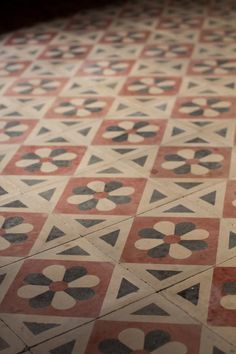 Encaustic tiles made of different colors of clay which could stand heavy wear without losing the color. Today these are often made of concrete. Floor Patterns, Tile Patterns, Textures Patterns, Floor Design, Tile Design, Mosaic Tiles, Wall Tiles, Patchwork Tiles, Tuile