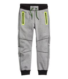 Joggers in soft sweatshirt fabric with an elasticized drawstring waistband. Front pockets with zip, mock pocket at back, and ribbed hems. Boys Joggers, Joggers Outfit, Jogger Pants, Boy Outfits, Cute Outfits, H&m Kids, Fashion Kids, Woman Fashion, Boys T Shirts