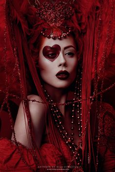 The Red Queen Photography: Moritz Maibaum Model, Make Up: Model Ophelia Overdose Headdress: Posh Fairytale Couture Dress: Vintage Queen Of Hearts Makeup, Queen Of Hearts Costume, Red Queen Makeup, Red Queen Costume, Red Makeup, Foto Fashion, Red Fashion, Fashion Themes, Maquillaje Halloween