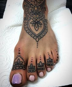 Henna foot tattoo. This would also be really cool as a real tattoo (but I've heard foot tattoos hurt like crazy!)