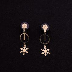 """Plugs d'oreilles en bois et laiton brut  Vendus par paire, les bouchons d'oreilles sont fabriqués en bois noir et sont ornés d'une décoration en laiton brut. Le bijoux mesure en tout 4,5 cm de longueur et la largeur varie selon le choix du diamètre.   Ce modèle est réalisable pour des diamètre de 8 mm (OG), 10 mm (00G), 12 mm (1/2"""") et 14 mm (9/16"""")."""