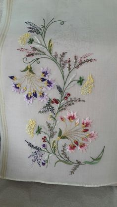 Abstract Embroidery, Flower Embroidery Designs, Silk Ribbon Embroidery, Hand Embroidery Designs, Cross Stitch Embroidery, Embroidery Patterns, Bordado Popular, Bordados E Cia, Crochet Bedspread