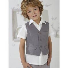 bimbo con camicia bianca a maniche corte e gilet, abbinato ai pantaloni dal colore grigio chiaro; gilet a tre bottoni con tasche finte
