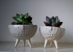 atelier stella Pair of tripod bowl planters- make from pinch pots! Clay Pinch Pots, Ceramic Pinch Pots, Ceramic Planters, Ceramic Bowls, Planter Pots, Ceramic Mugs, Slab Pottery, Ceramic Pottery, Pottery Vase